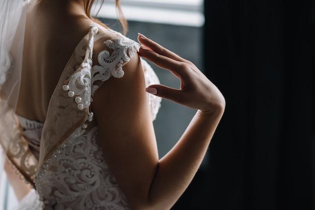 Brautjungfer bereitet braut vor