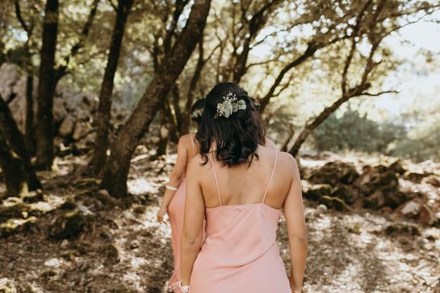 Brautjungfern in hübschen kleidern feiern