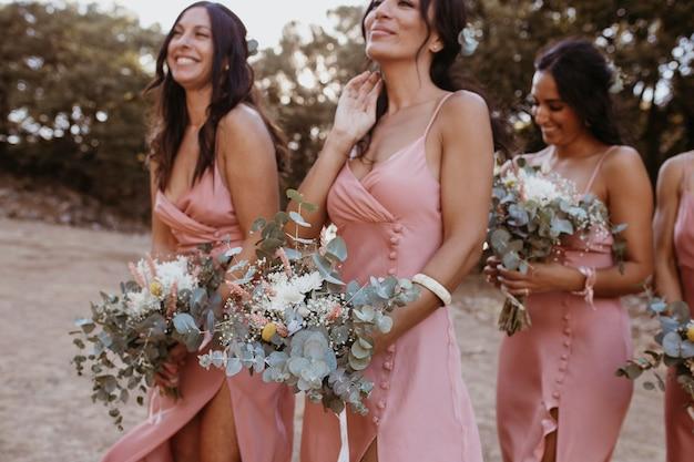 Brautjungfern in hübschen kleidern im freien