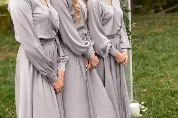 Brautjungfern in silbernen kleidern