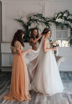 Brautjungfern korrigieren den schleier
