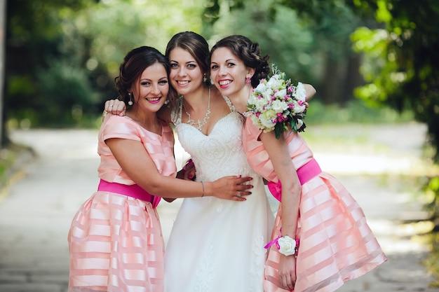 Brautjungfern posieren mit braut