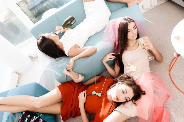 Brautjungfern und braut, die mit champagner feiern.