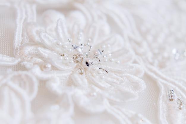 Brautkleid mit gestickten elementen und perlen. braut traditionelles accessoire für die hochzeitszeremonie.