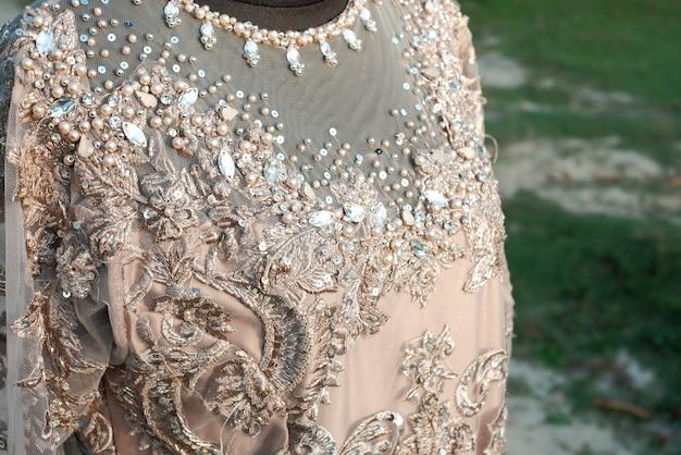 Brautkleid mit pailletten und spitze Premium Fotos
