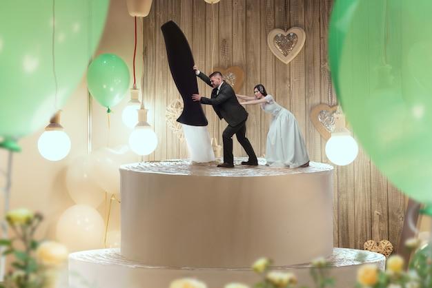 Brautkuchen, braut und bräutigam figuren auf der oberseite