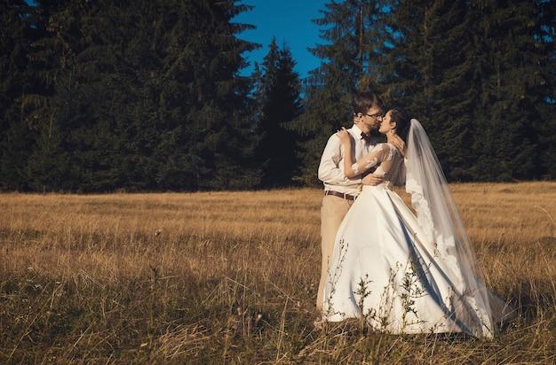Brautpaar. braut und bräutigam im wald, sommerzeit.