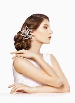 Brautporträt der jungen frau professionelle frisur und make-up