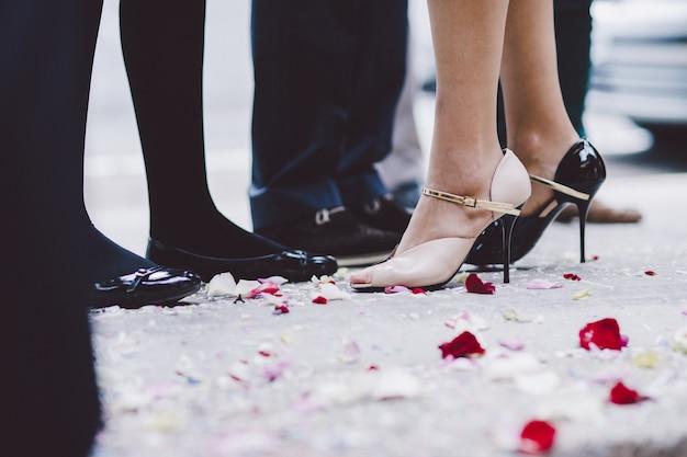 Brautschuhe auf ihrer hochzeit, die auf den füßen der braut trägt
