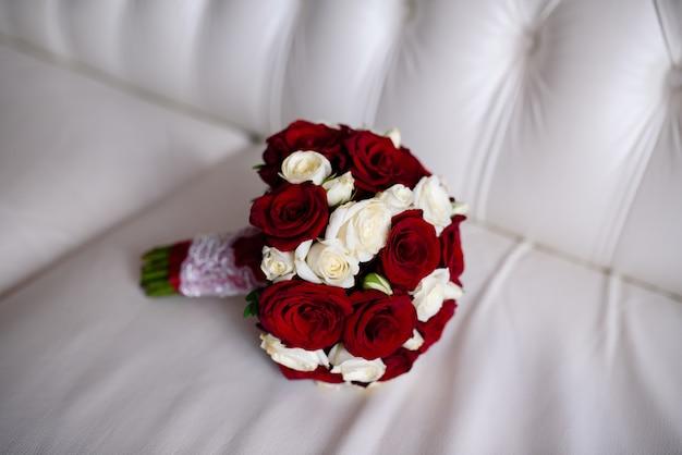 Brautstrauß aus roten und weißen rosen.