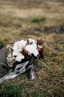 Brautstrauß aus weißen rosen lilie burgunder nelken protea getrocknete zweige brunia und leucadendron