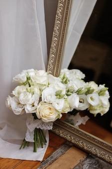 Brautstrauß in der nähe des spiegels. reflexion des straußes
