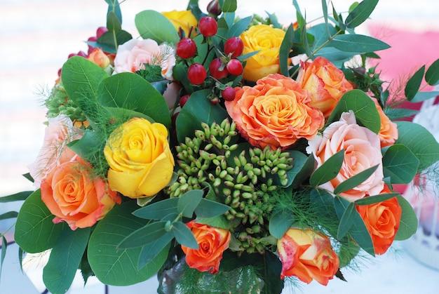 Brautstrauß, orange für hochzeitstag. orange rosses und grünpflanzen.