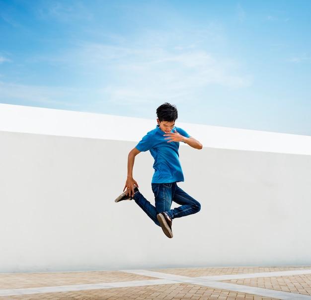Breakdance des jungen mannes