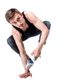 Breakdancer macht einhändiger handstand vor einem weißen hintergrund