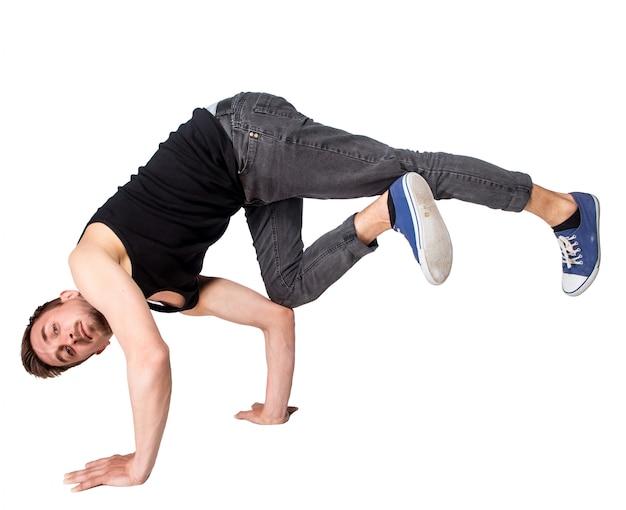 Breakdancer macht handstand vor weißem hintergrund