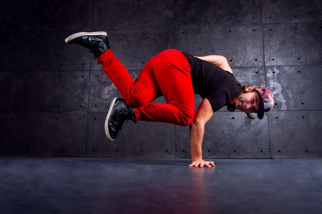 Breakdancer tanzen in stilvollen modernen roten hosen