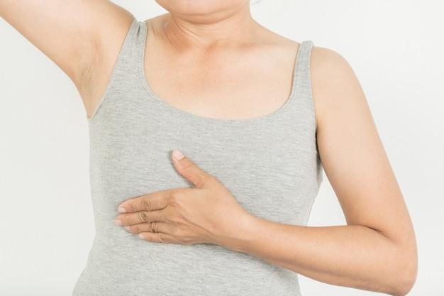 Breast screening bei frauen mit brustkrebs risiko auf grauem hintergrund