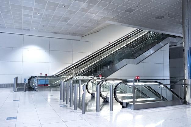 Breite halle zwischen den etagen mit rolltreppen, um in eine andere etage zu gelangen