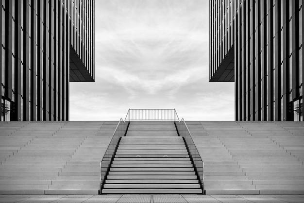 Breite treppe zwischen zwei modernen bürogebäuden im medienhafenin düsseldorf