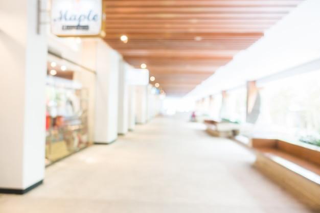 Breiten korridor mit schaufenstern und sitze