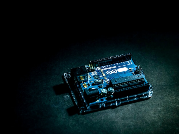 Breites arduino-steuerelement auf dem dunklen hintergrund