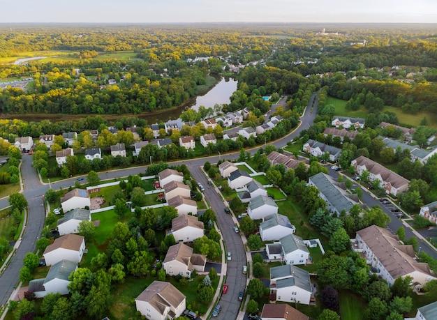 Breites panorama, luftaufnahme mit hohen gebäuden, wohnviertel im schönen sonnenaufgang
