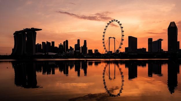 Breites panoramabild der skyline von singapur bei sonnenuntergang