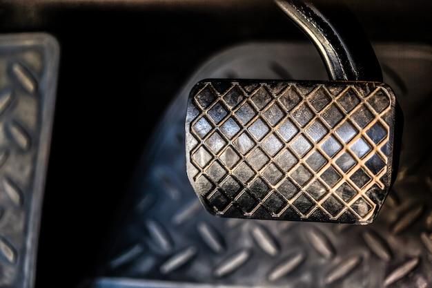 Brems- und gaspedal des autos mit automatikgetriebe