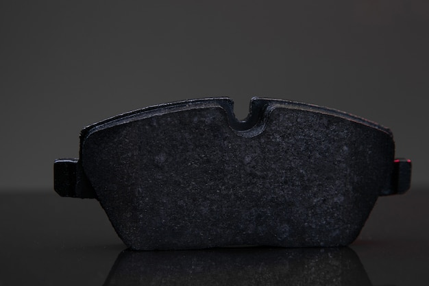 Bremsbelag auf schwarzem hintergrund nahaufnahme schärfentiefe fotografie