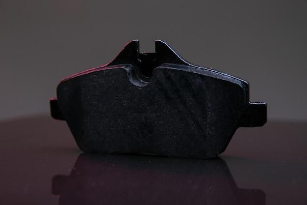 Bremsbelag auf schwarzem hintergrund