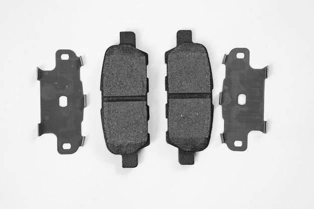 Bremsbelag vor einem weißen hintergrund. teil des bremssystems, hauptfunktionskomponente.
