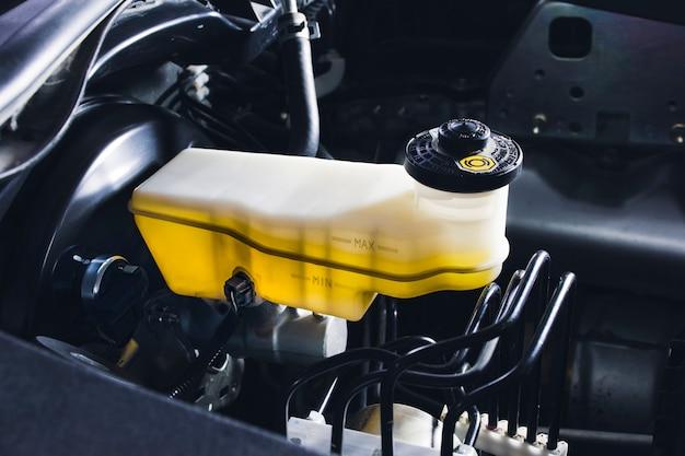 Bremsflüssigkeitsbehälter und bremskraftverstärker des autos