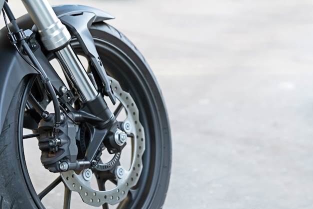Bremssattel mit radbremse an einem motorrad mit scheibenbremse und abs-system an einem sportfahrrad.
