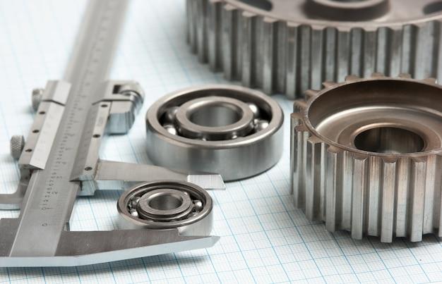 Bremssattel mit zahnrädern und lagern auf millimeterpapier