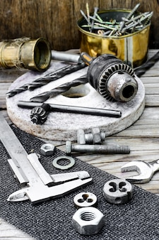 Bremssattel, mutter, schlüssel und werkzeuge zum einfädeln