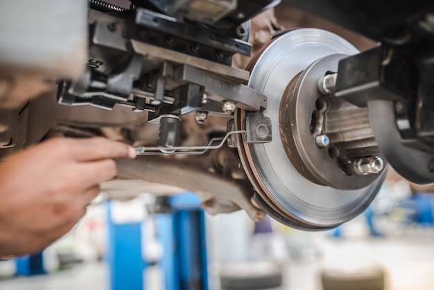 Bremsscheibenschleifmaschine - fahrzeugbremsscheibendrehmaschine. automobilscheibenbremssystemreparatur in der garage.