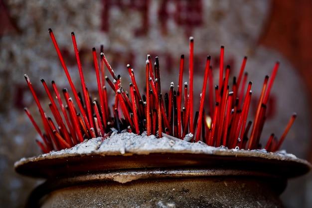 Brennende aromatische räucherstäbchen. weihrauch für das beten von buddha oder hinduistischen göttern, um respekt zu zeigen.
