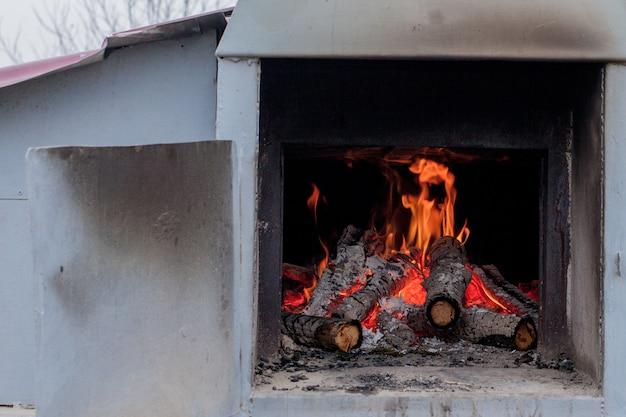 Brennende birkenstämme im kamin an einem kalten wintertag