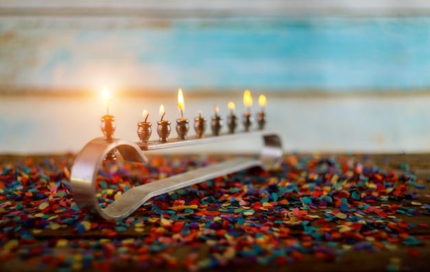 Brennende chanukka-kerzen in der chanukka-feier mit menorah und kerzen