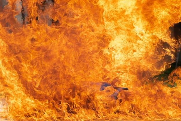 Brennende feuerflamme mit heizöl, benzin, das im behälter, im feuerrauch und in der verschmutzung verbrennt