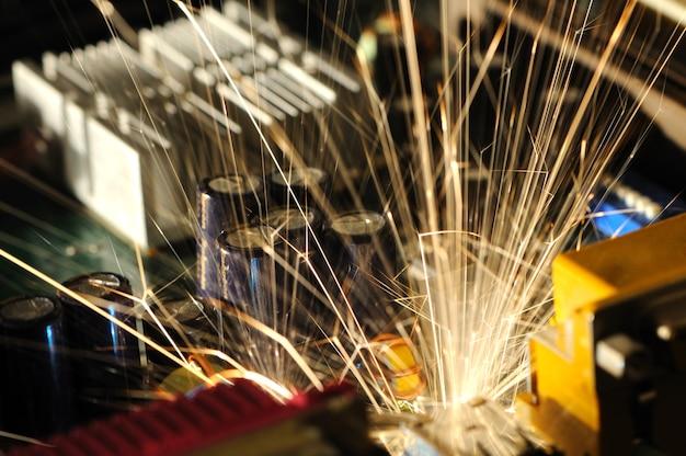 Brennende funken fliegen von einem schaltkreischip mit komplexer automatischer steuerung