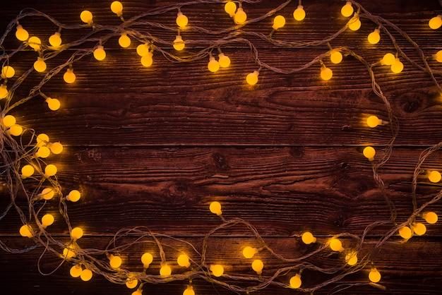 Brennende girlande auf dem tisch