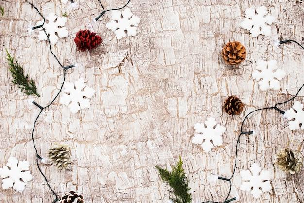 Brennende girlande mit weißen schneeflocken