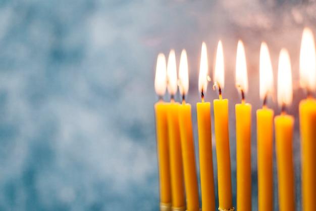 Brennende heilige kerzenständer der nahaufnahme