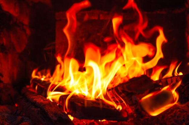 Brennende holzscheite in einem ofen hautnah, das natürliche feuer