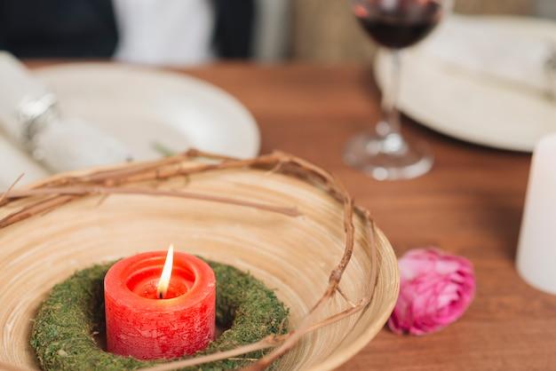 Brennende kerze auf dem tisch