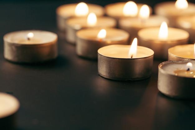 Brennende kerze auf tabelle in der dunkelheit, platz für text. begräbnis symbol