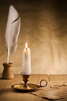 Brennende kerze im weinlese-kerzenhalter