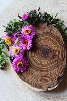 Brennende kerze und blumen. spa-szene. aromatherapie